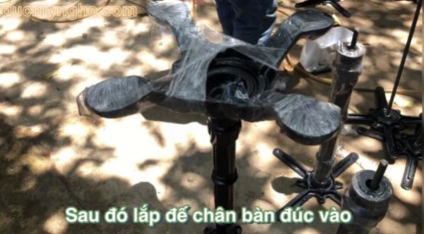 Chân bàn 4 chân gang đúc được lắp ráp như thế nào với 1 chiếc khoá 22