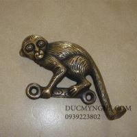 Móc treo đồ đúc đồng con khỉ leo cây đánh bóng giả cổ trang trí MT002